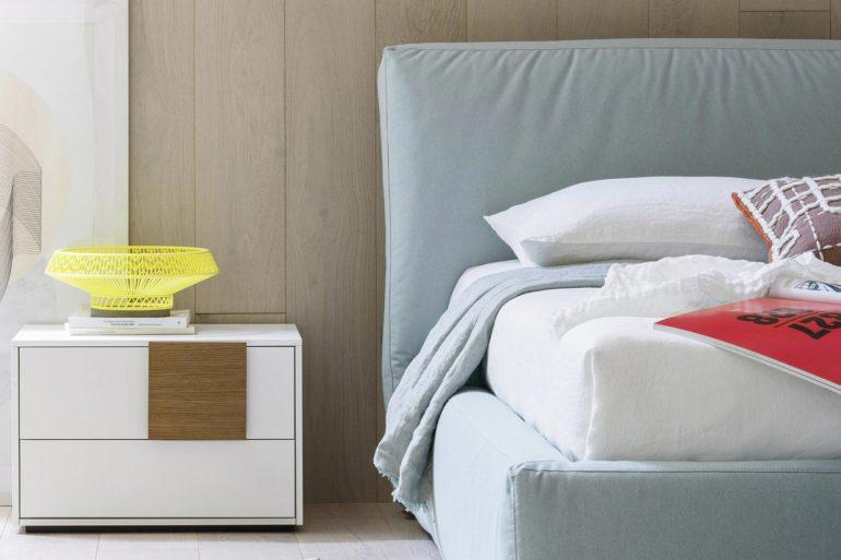 Luxe slaapkamer met bed en nachtkastje tabellen interieur concept